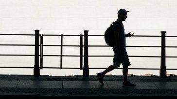 Cidade americana está multando quem usa celular ao atravessar a rua