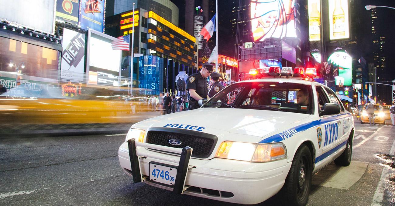 Traficante confunde carro de polícia com táxi