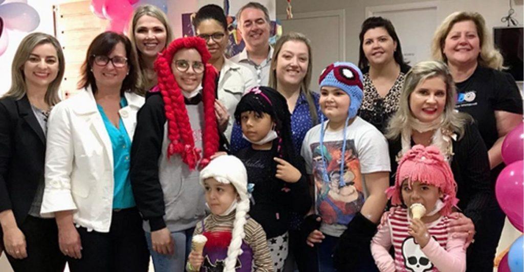Crianças com câncer ganham perucas confeccionadas por presidiárias