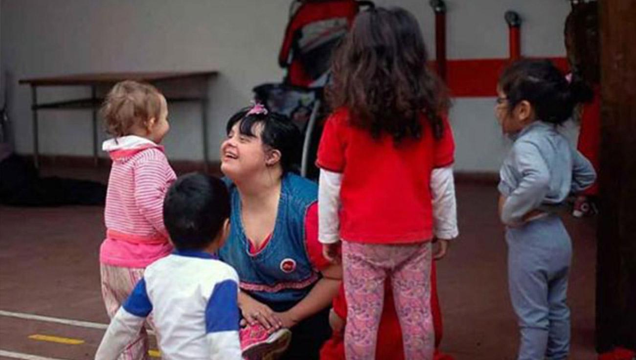 Professora com síndrome de Down na Argentina conquista o amor de todos