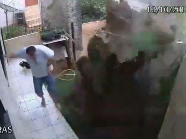 Homem explodiu o quintal de casa tentando matar baratas com gasolina