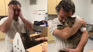 Homem chora após reencontrar gato perdido há sete anos
