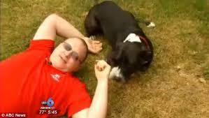 Ex-fuzileiro têm convulsão em casa e é salvo pelo cão que chamou ambulância usando iPhone