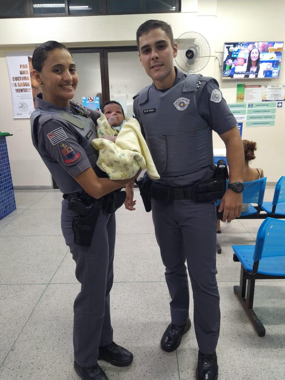 Policiais militares salvam recém-nascido engasgado enquanto pais tentavam chegar ao hospital
