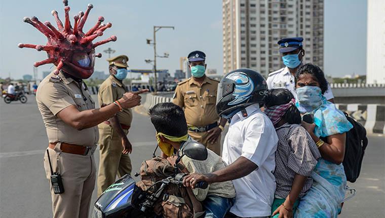 Policial usa capacete de coronavírus para assustar quem se recusa a ficar em casa