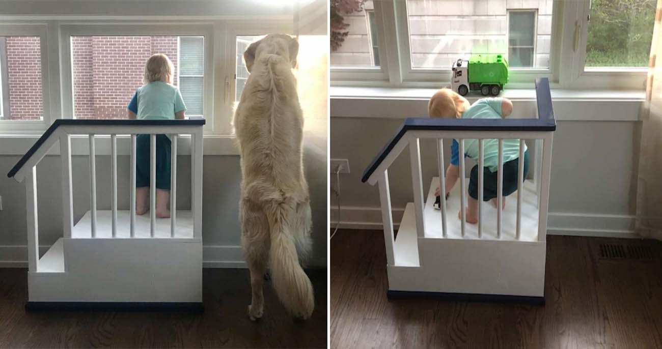 Pai constrói escadinha para filho olhar pela janela ao lado do cachorro