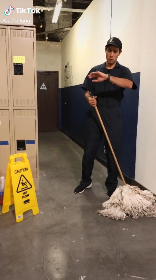 Ilusionista transforma esfregão em cachorrão