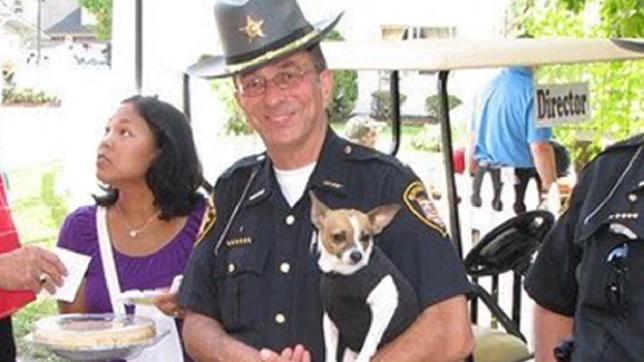 Menor cão policial do mundo e parceiro xerife morrem