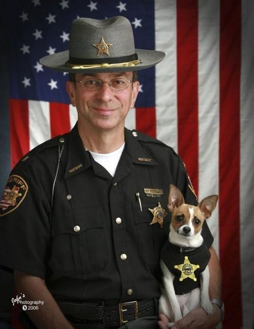 Menor cão policial do mundo e parceiro xerife