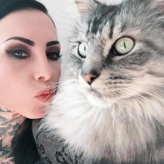 Mulher faz tatuagem do gato com pelo na tinta