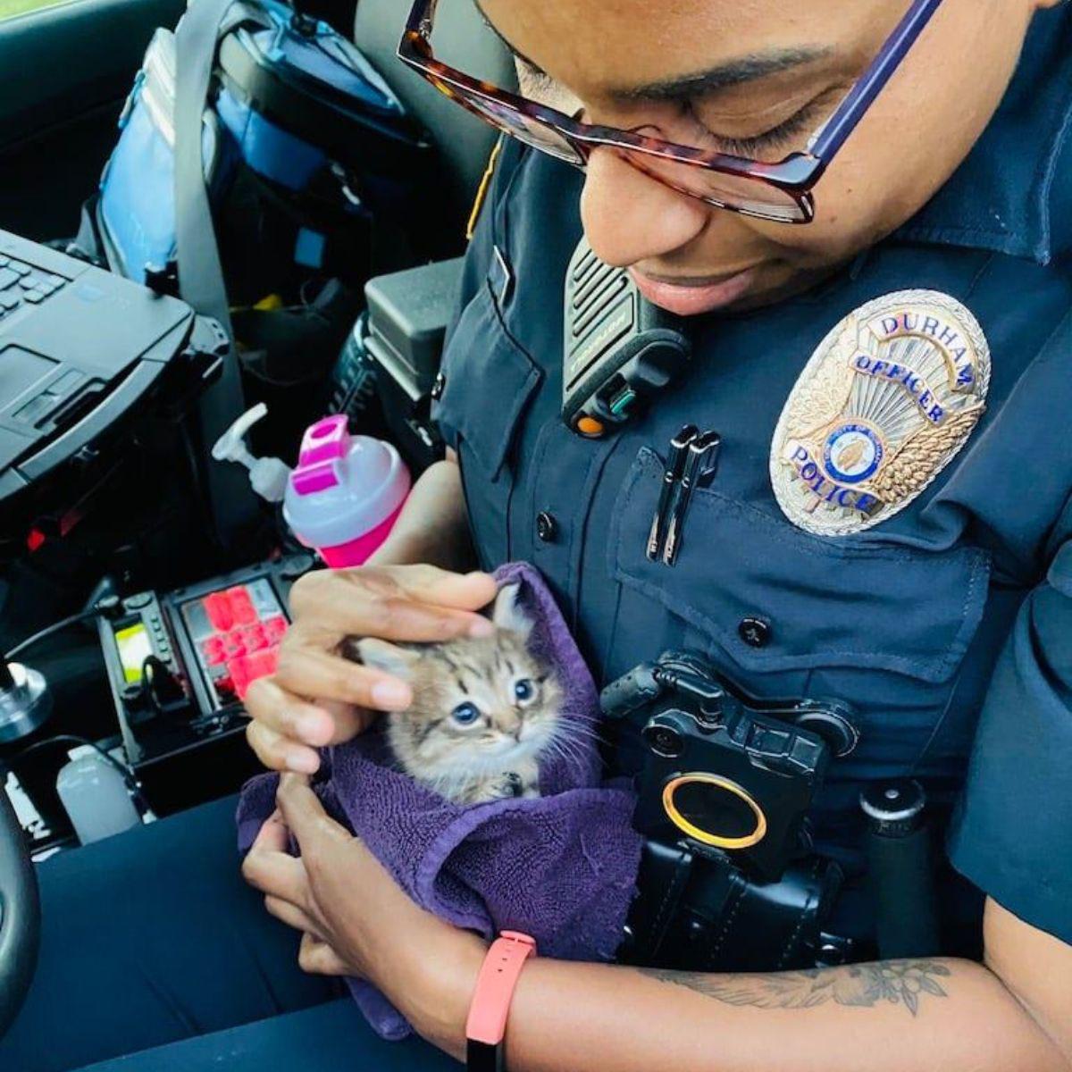 Policiais resgatam uma gatinha vira policial