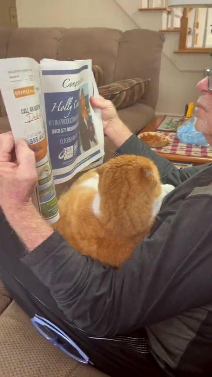 homem lê para gato