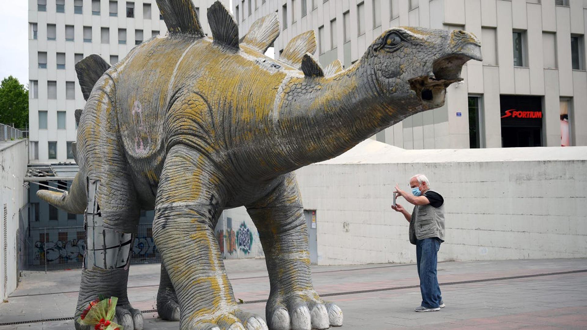 Homem foi encontrado morto dentro de uma estátua de dinossauro