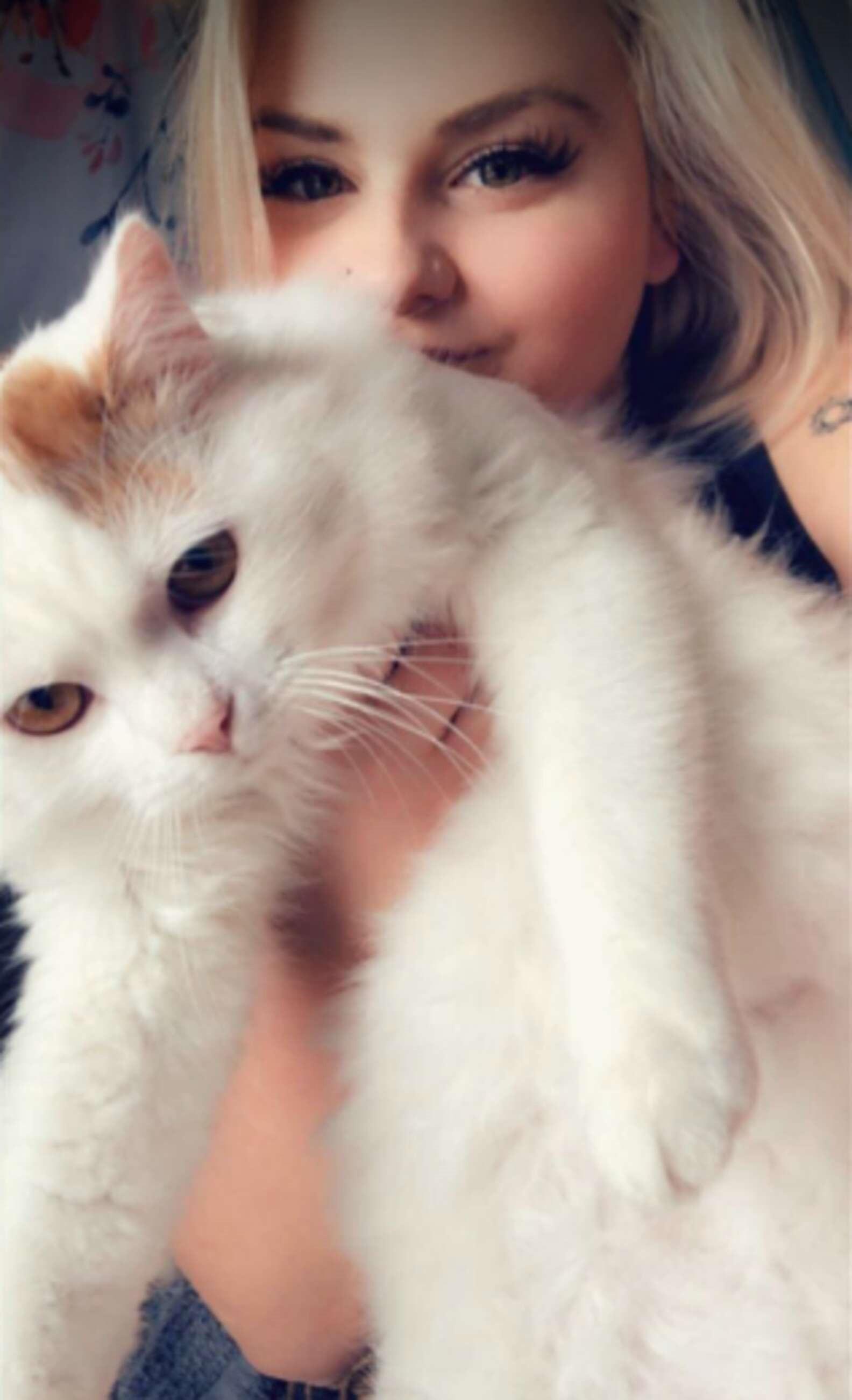 Mulher foi flagrada em um momento bem estranho com seu gatinho
