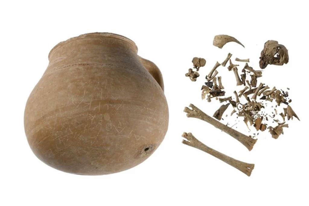 Arqueólogos abriram jarra com maldição milenar