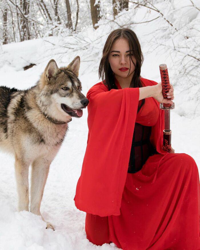 Mulher adota filhote de lobo 1