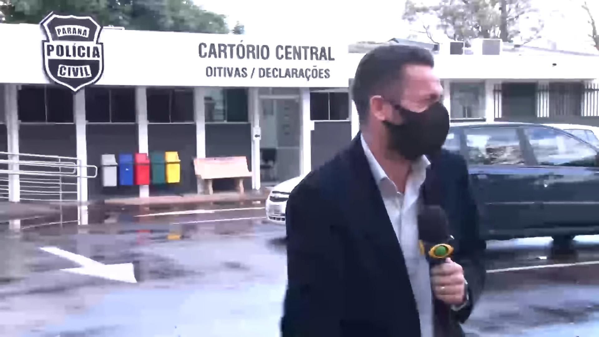 Repórter não consegue parar de rir ao dar notícia inusitada e vídeo viraliza