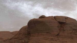 RobôCuriosityregistrou nuvens raras no céu de marte em foto incrível