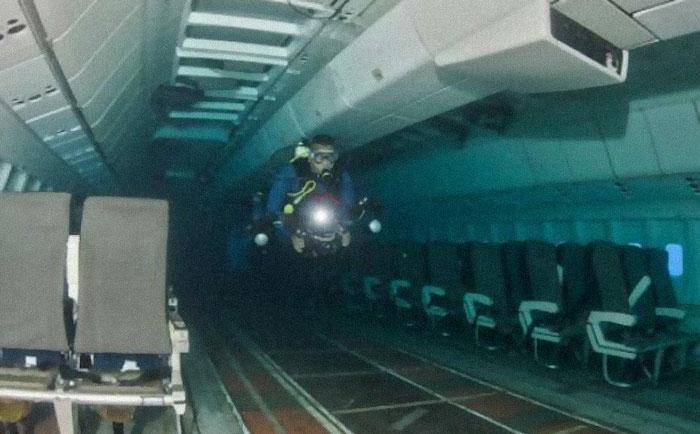 mergulhador em avião debaixo da água