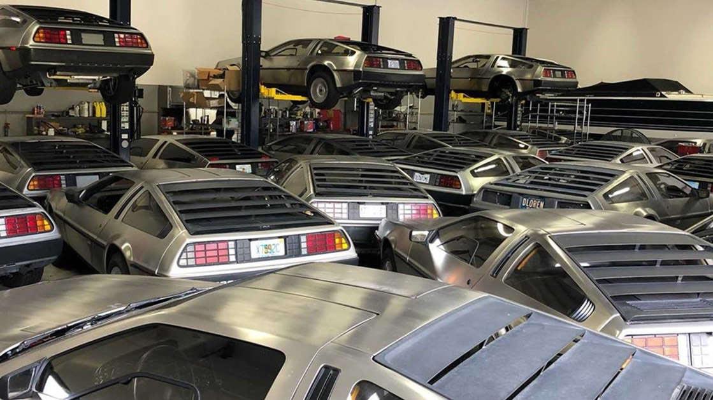 DeLoreans abandonados em galpão