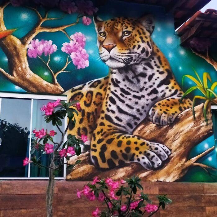 Artista brasileiro viraliza unindo natureza a pinturas incríveis nos muros